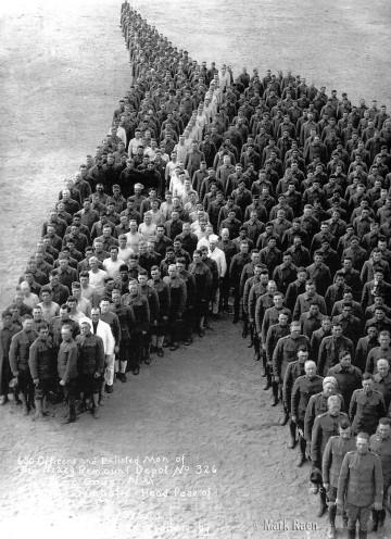 Los soldados rinden homenaje a los ocho millones de caballos muertos durane la 1ª guerra mudnail, 1915
